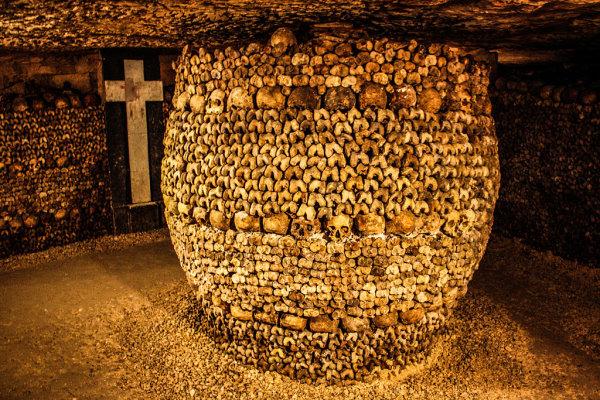 Kunstvoll arrangierte Gebeine in den Katakomben von Paris