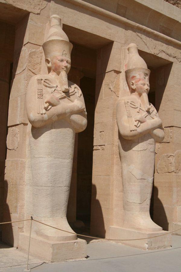 Osiris-Statuen Hatschepsuts in Deir-el-Bahari