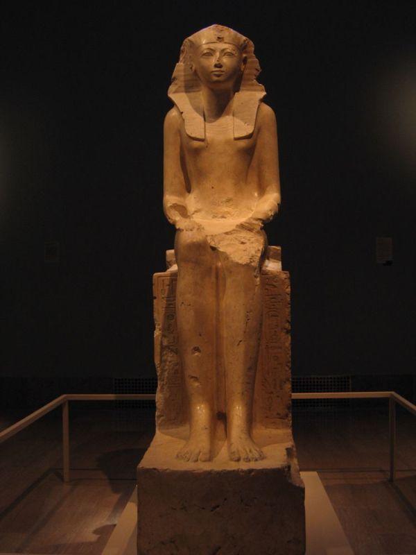 Sitzende Statue von Hatschepsut.