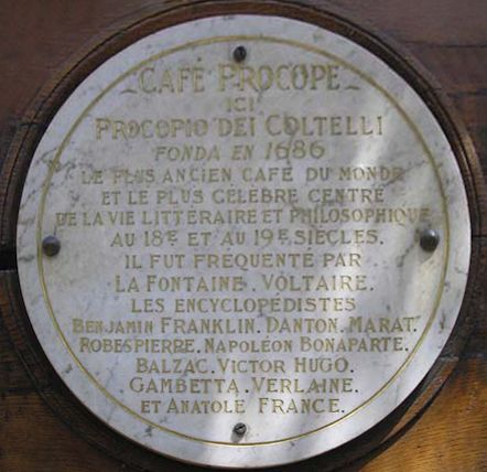 Tafel am Café Procope in Paris