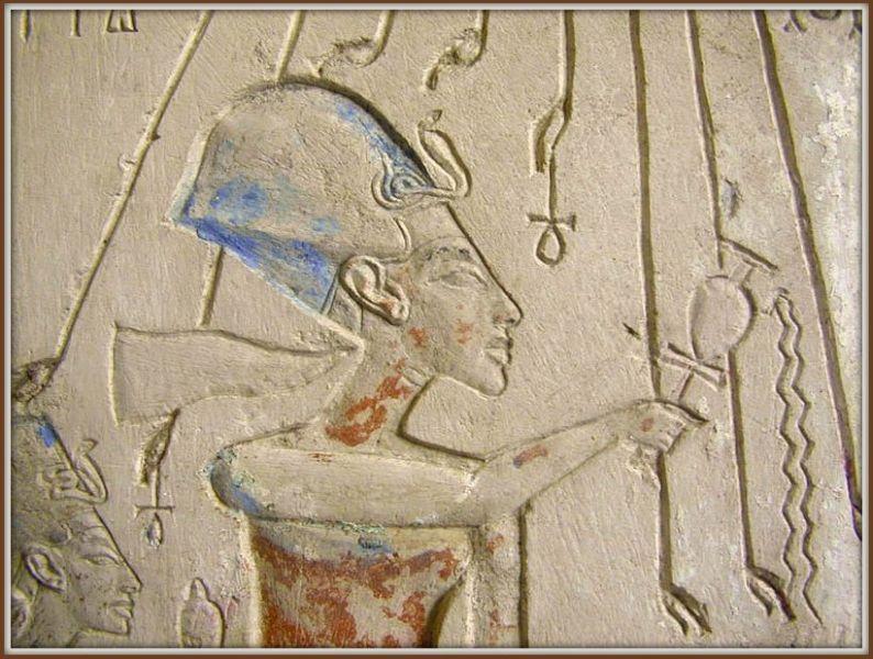 Relief mit Echnaton und Nofretete.