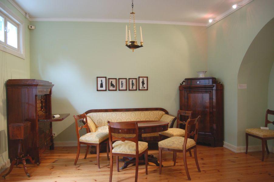 Ein Wohnzimmer im Biedermeierstil.