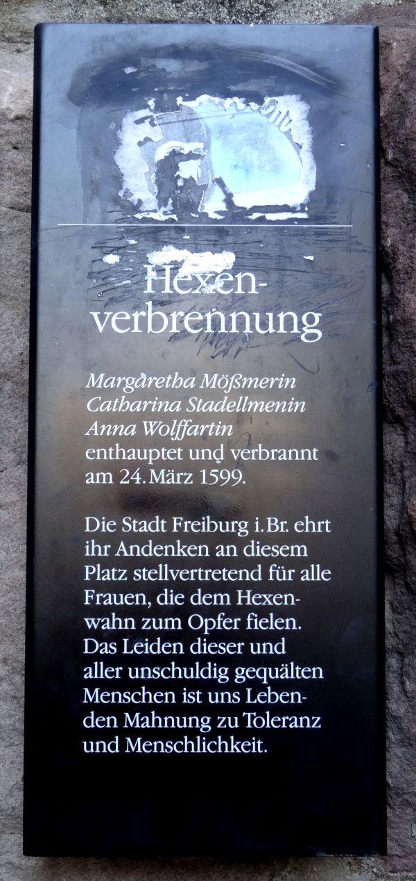 Gedenktafel für die Opfer der Hexenverfolgung am Martinstor in Freiburg.