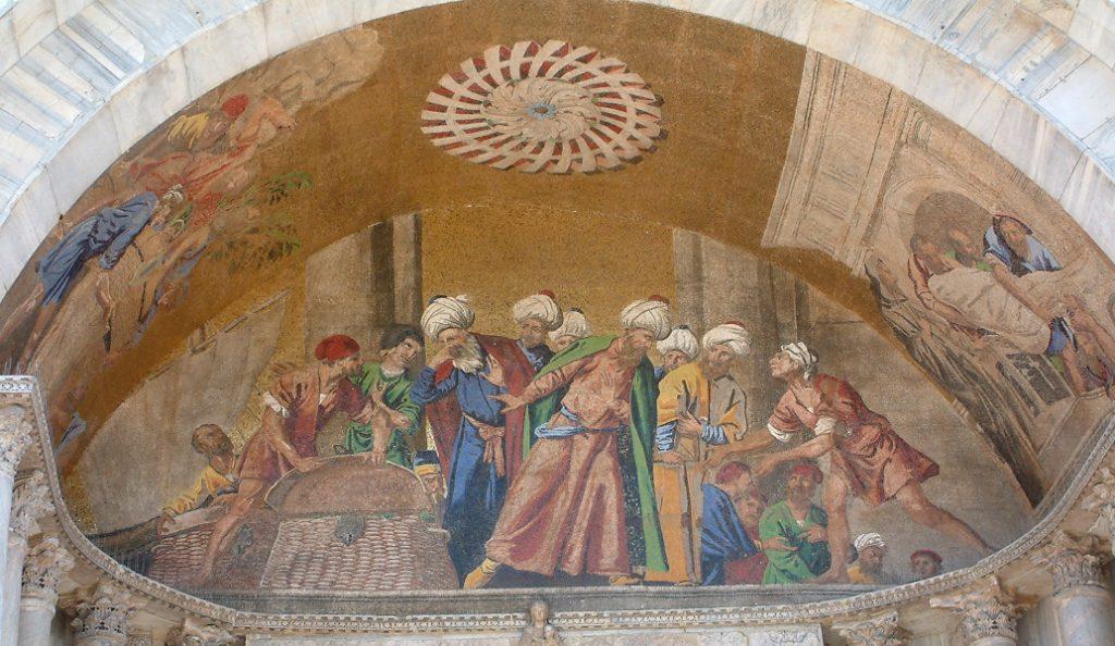 Mosaik am Markusdom in Venedig, welches den Diebstahl der Reliquie zeigt.