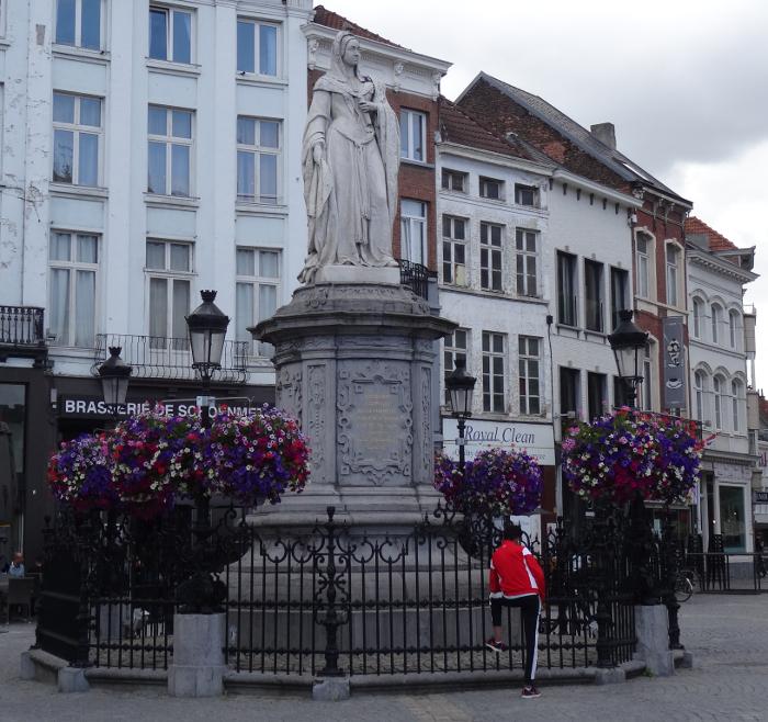 Statue von Margarete von Österreich in Mechelen, Belgien - weil der Damenfriede von ihr geschlossen wurde, wird sie bis heute gewürdigt.