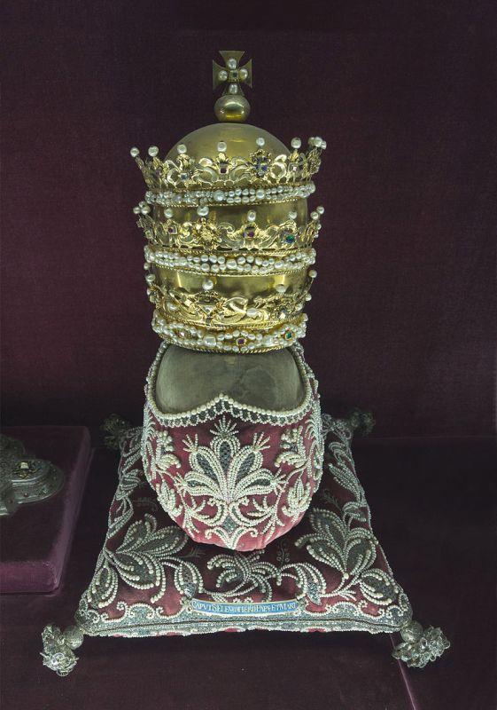 Ein reich mit Perlen besticktes Reliquiar.