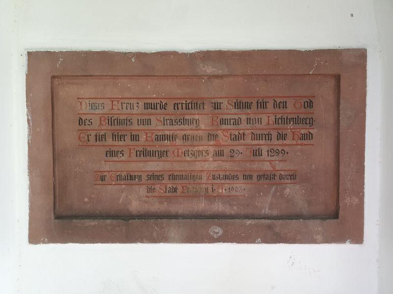 Gedenktafel zu Ehren des 1299 ermordeten Bischofs Konrad von Lichtenberg in Freiburg.