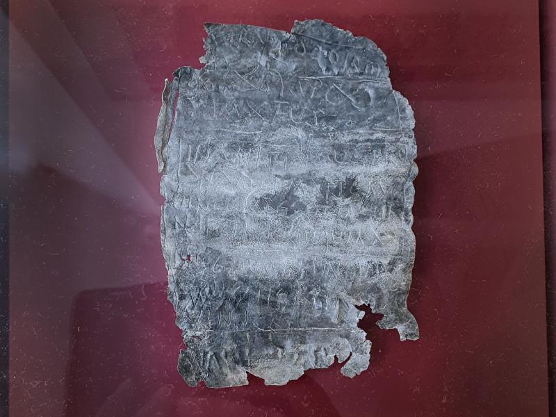 Fluchtäfelchen aus der Römerzeit, gefunden in Trier.
